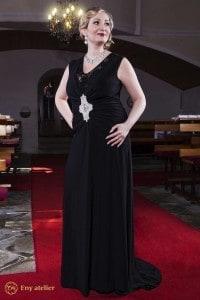 Eny ateliér večerní šaty Monna 20 léta černá dlouhá sukně a vlečka, přes celá záda krajka, flitry, brož