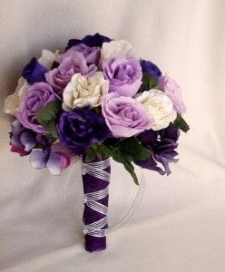 Eny ateliér svatební kytice bílé a fialové růže