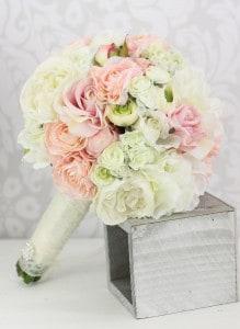 Eny ateliér svatební kytice bílé a růžové růže