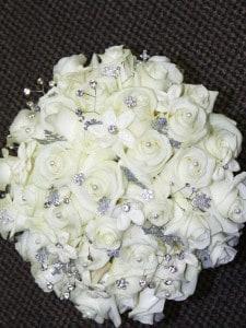 Eny ateliér svatební kytice - bílé růže a štras